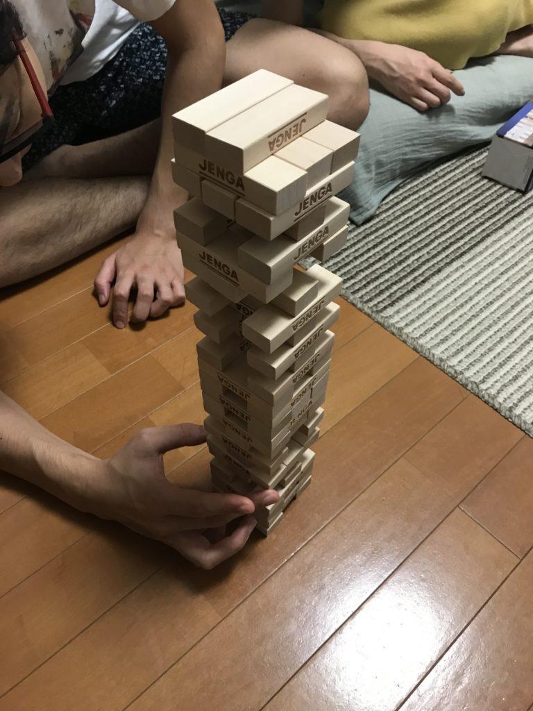 しんばがジェンガでブロックを抜いている写真